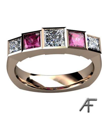alliansring med diamanter och rosa safirer