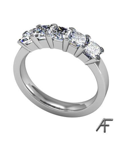 alliansring med prinsess slipade diamanter i platina