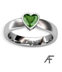 Grön turmalin hjärta i vitguldsring