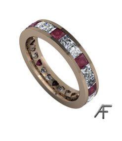 helalliansring med rubiner och diamanter