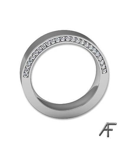 platinaring med fadeinfattade diamanter på sidan