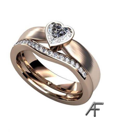 ring i rött guld med hjärt slipad diamant