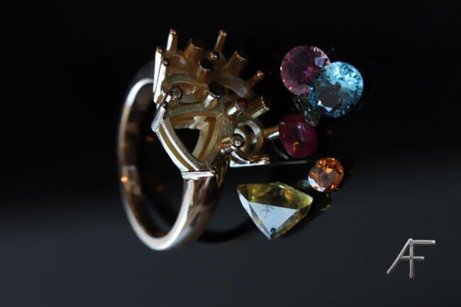 färgstenar skapar unik ring